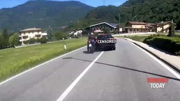 Automobilista buttò a terra centauro e scappò. Il video del rocambolesco inseguimento fino ad Aprica