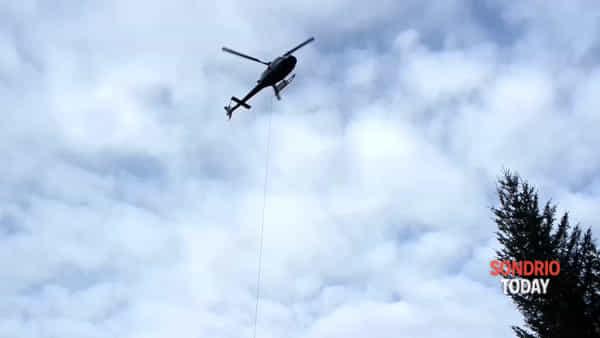 Ruinon: l'elicottero porta sulla frana il materiale per far brillare i massi